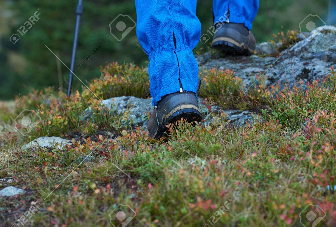 Wandern Mann mit Wanderschuhe auf der Spur in der Höhe Bergen