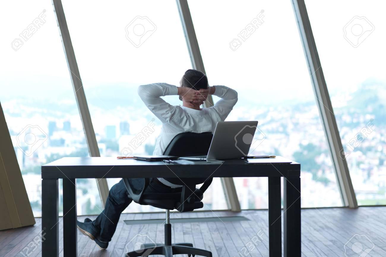 Glückliche Junge Geschäftsmann Arbeiten Und Entspannen Bei Modernen ...