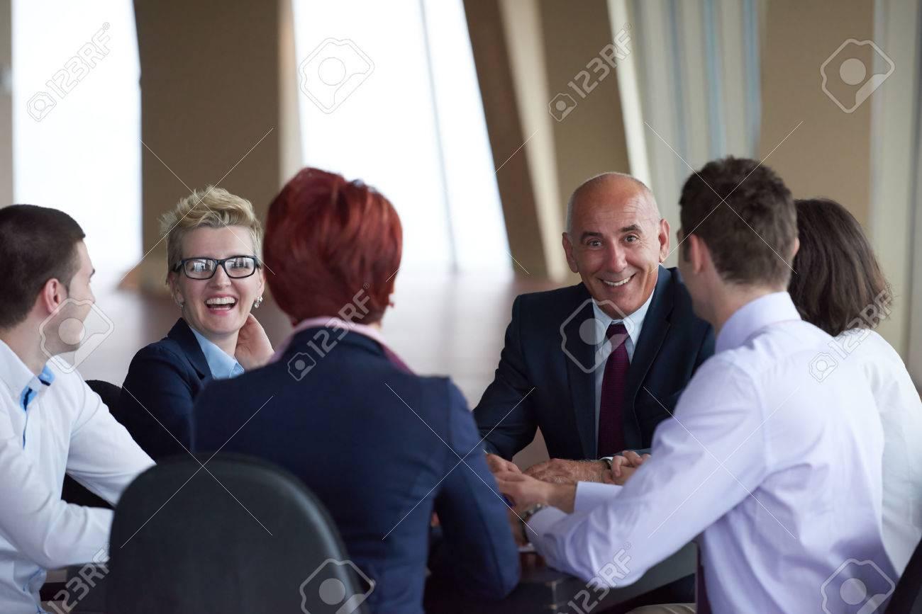 Un groupe de gens d affaires debout dans une salle moderne de