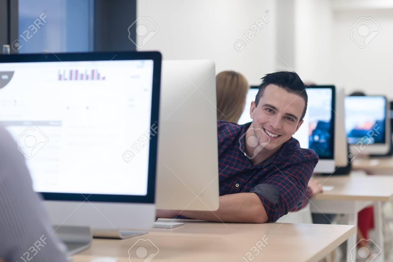 Jeune entreprise portrait d homme d affaires au bureau moderne