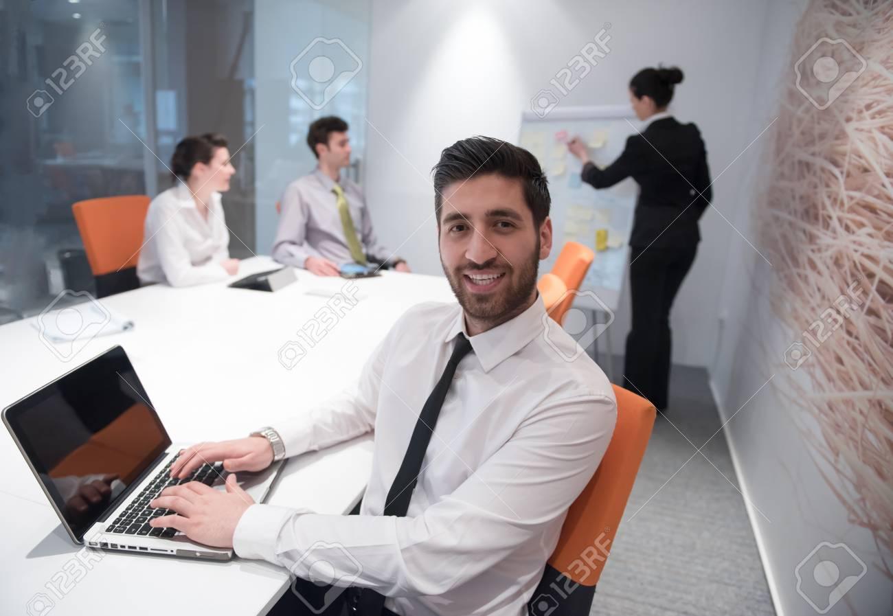 Portrait de jeune homme d affaires arabe moderne avec la barbe au