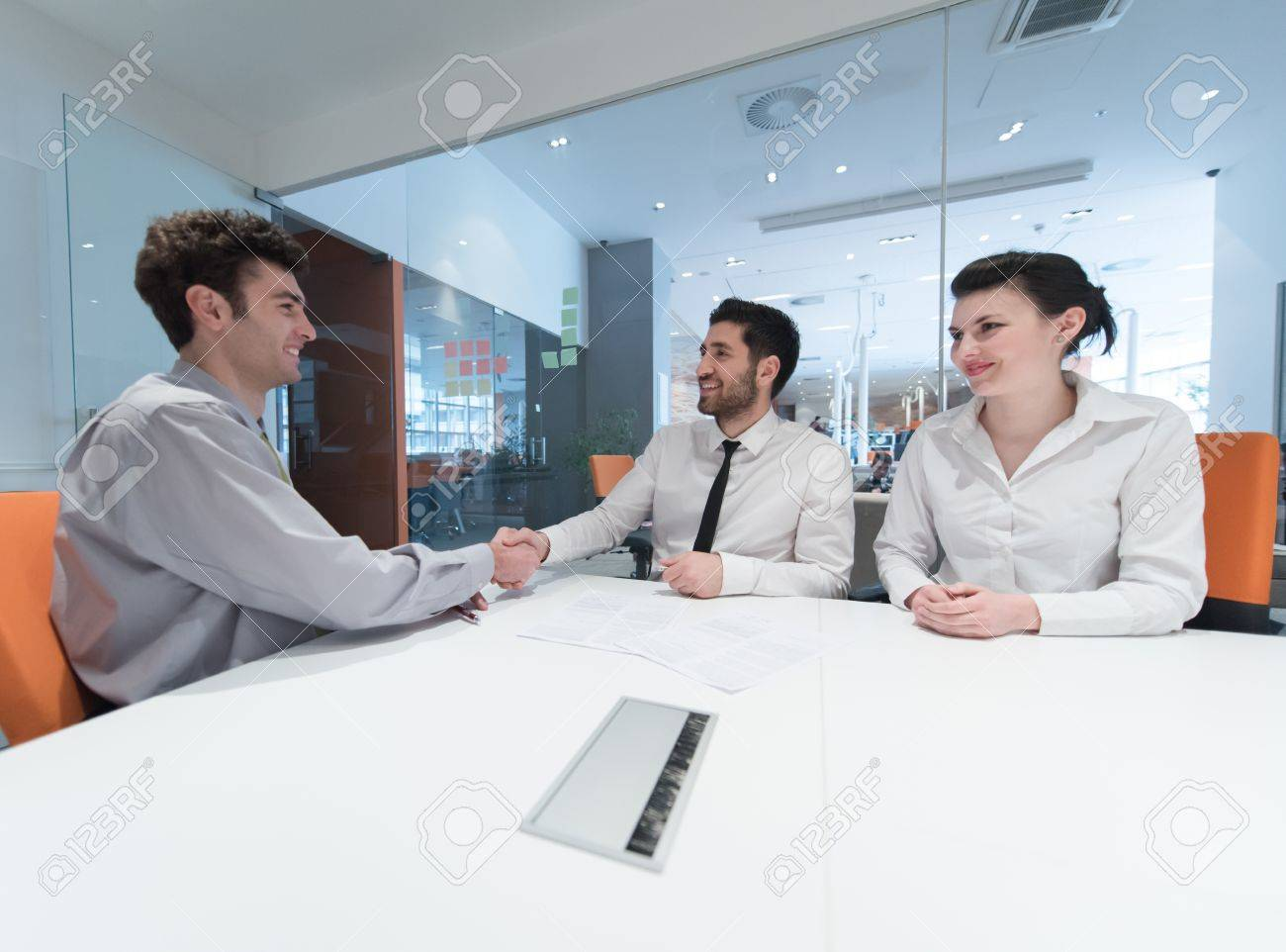 Unterzeichnung Vertrag über Partner Junges Paar Auf Business-Meeting ...