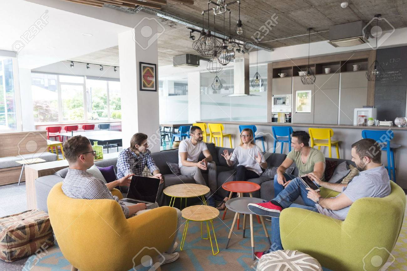 Groupe diversifié de gens d affaires debout ensemble comme équipe