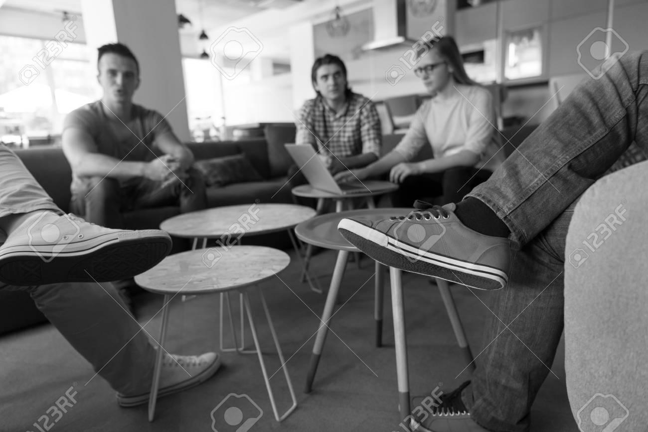 Groupe de jeunes dans un bureau moderne ont une réunion d équipe