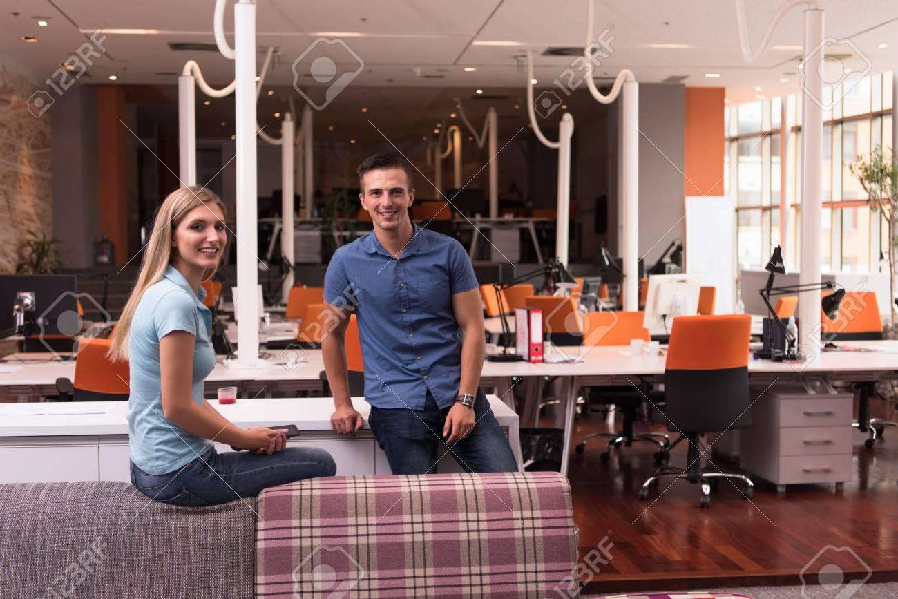 Portrait d un couple de démarrage de l entreprise dans un bureau