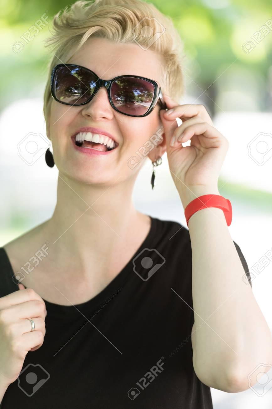 Femme Jeune Soleil Des Cheveux Posant Blond Dans Parc Belle Le La Courts Mode À Avec Et Lunettes De Nm8vn0w
