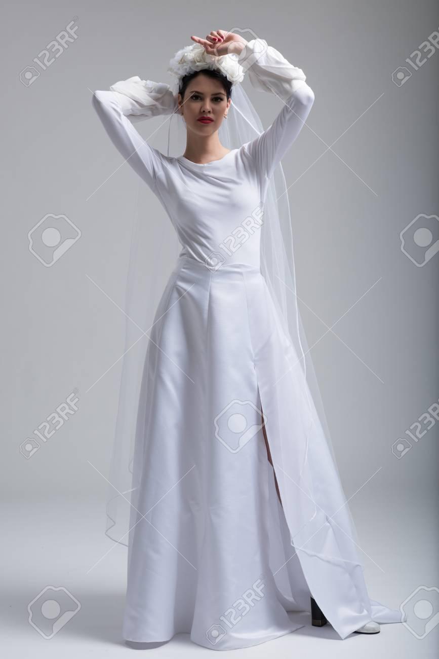 Portrait Der Schonen Jungen Braut In Einem Hochzeitskleid Mit Einem