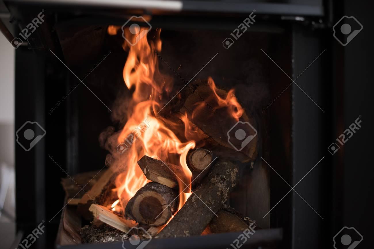 Belle Cheminee A Flamme Bois Brulant Des Flammes Lumineuses Dans Une Cheminee Moderne Avec Porte Vitree Banque D Images Et Photos Libres De Droits Image 81619295
