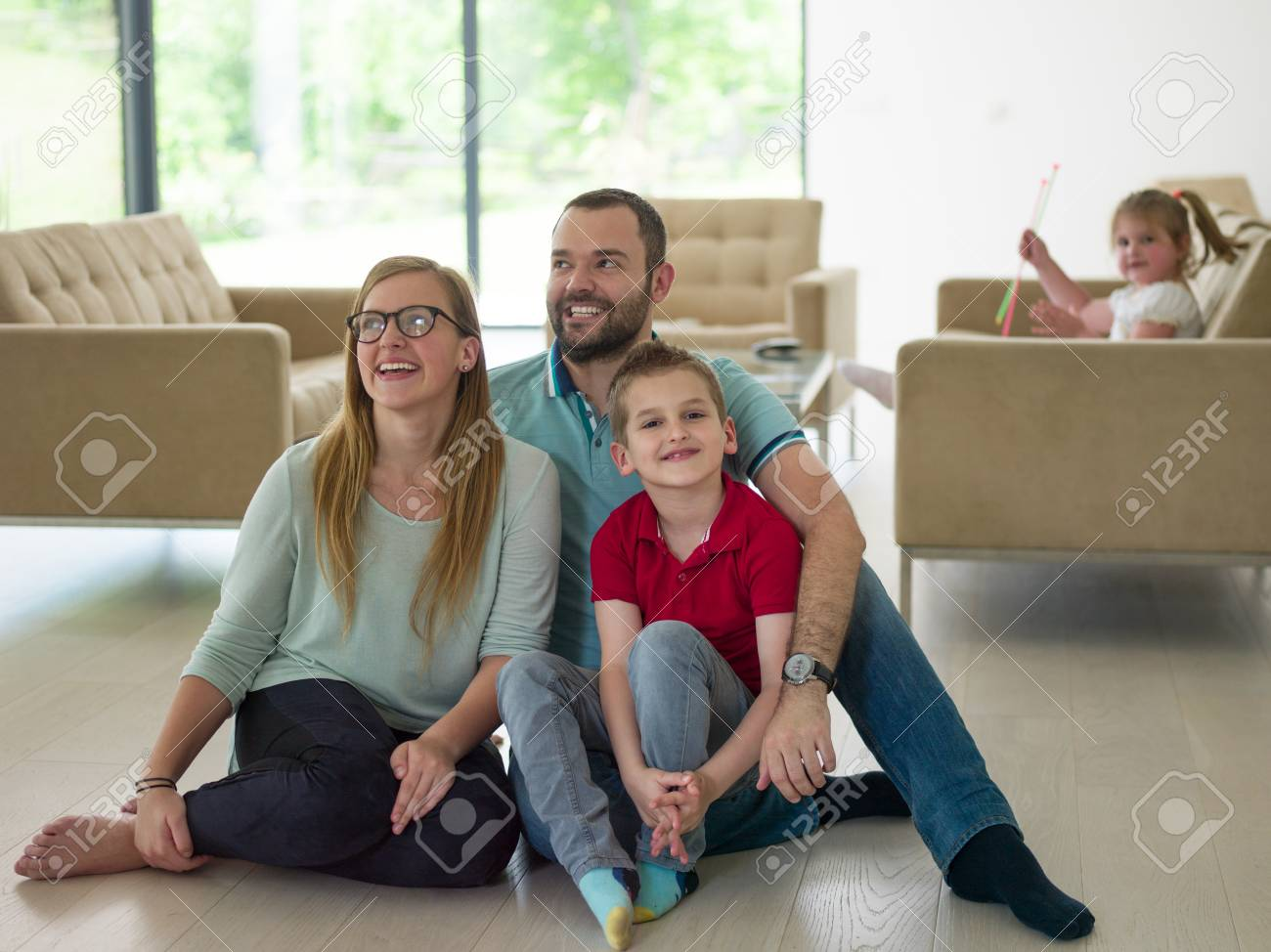 Une Jeune Famille Joyeuse Avec Un Petit Garçon Profite Dans Le Salon Moderne De Sa Villa De Luxe