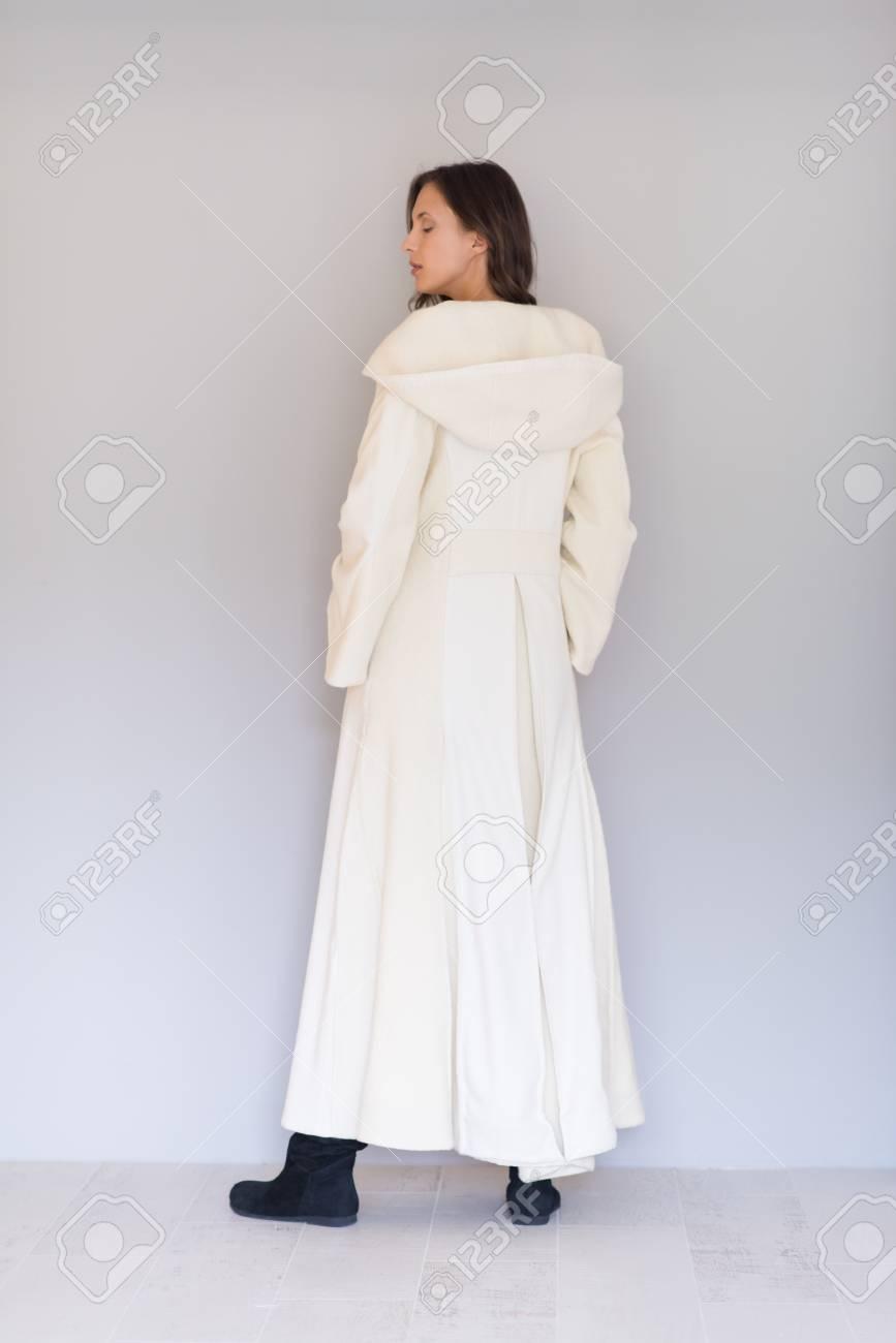 comprar popular 90b86 35944 Retrato de mujer joven y llevaba un abrigo blanco con capucha aislada sobre  fondo blanco