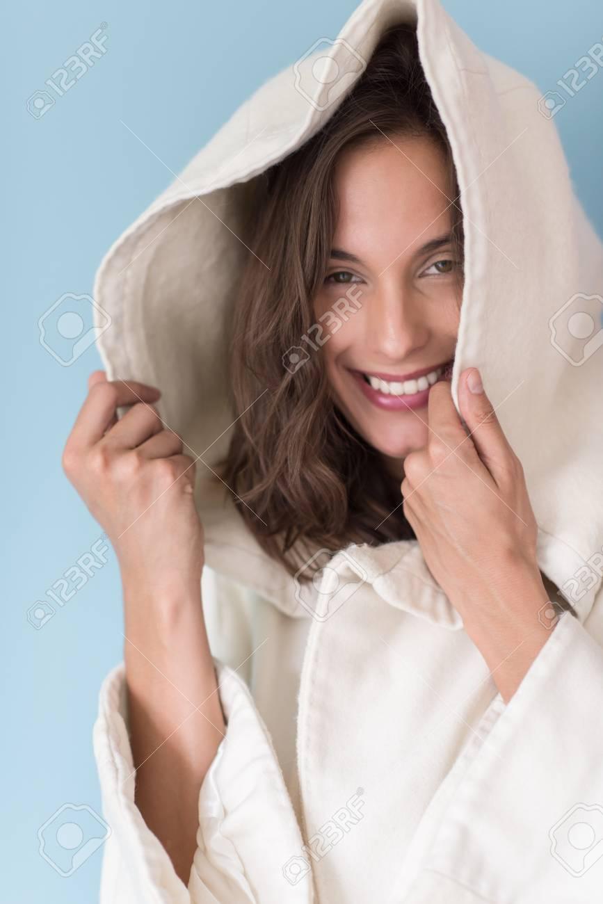 Portrait De Belle Jeune Femme Portant Un Manteau Blanc Avec