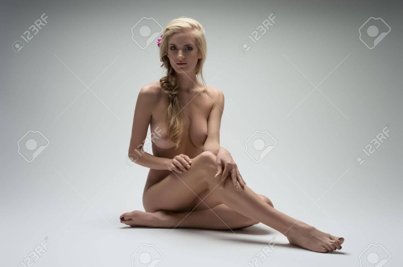 Сидящая голая женщина фото 434-852