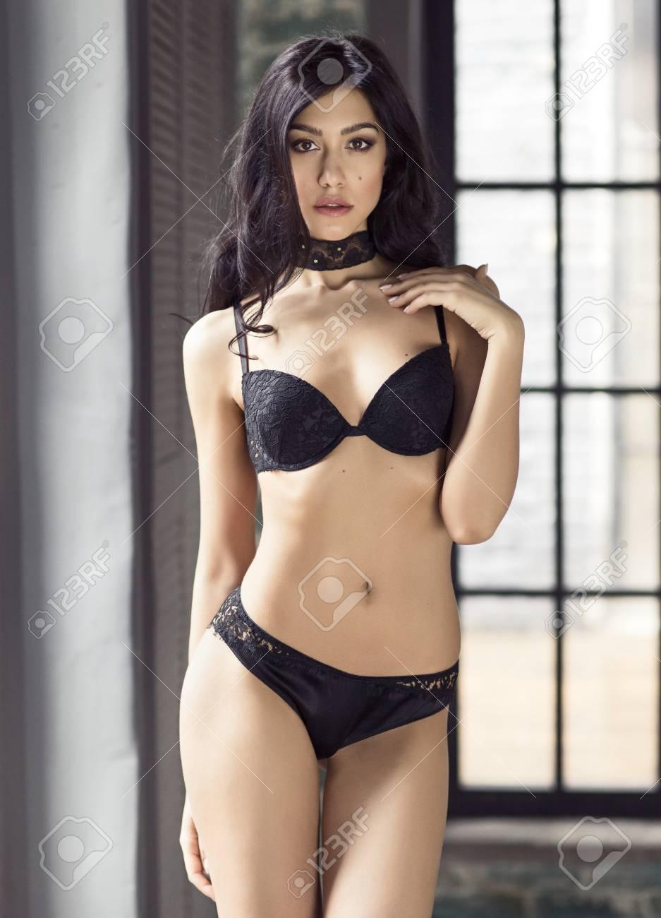 Mannequin Fenêtre Porte La Sur Sexy Posant Lingerie Le 5S3jq4ARcL