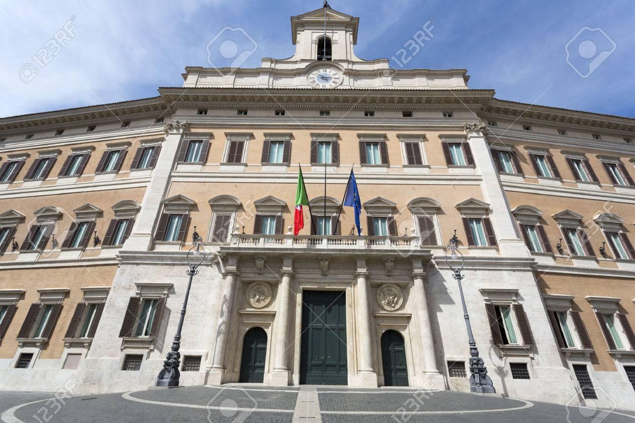 Palazzo Montecitorio Est Un Batiment A Rome Ou Le Siege De La