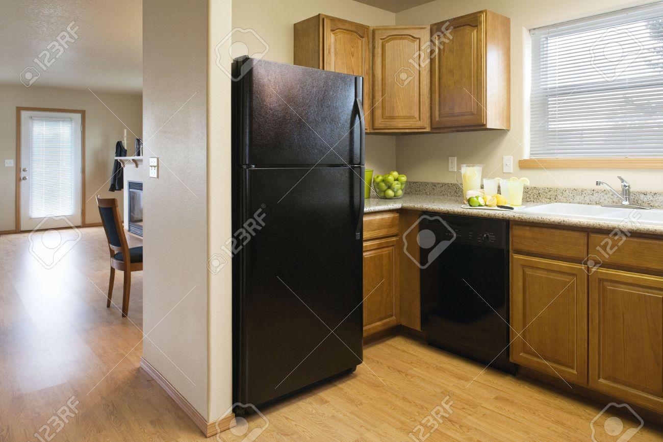 Ansicht Der Eine Küche Mit Schwarzen Kühlschrank Und Holz Ablagen ...