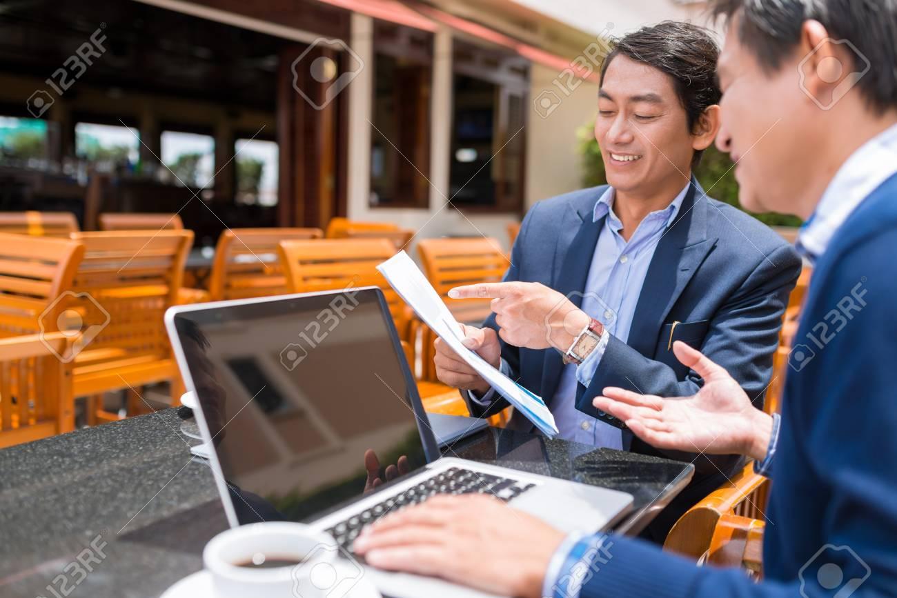 Vietnamesischen Geschäftspartner Vertrag Diskutieren Während Sitzt