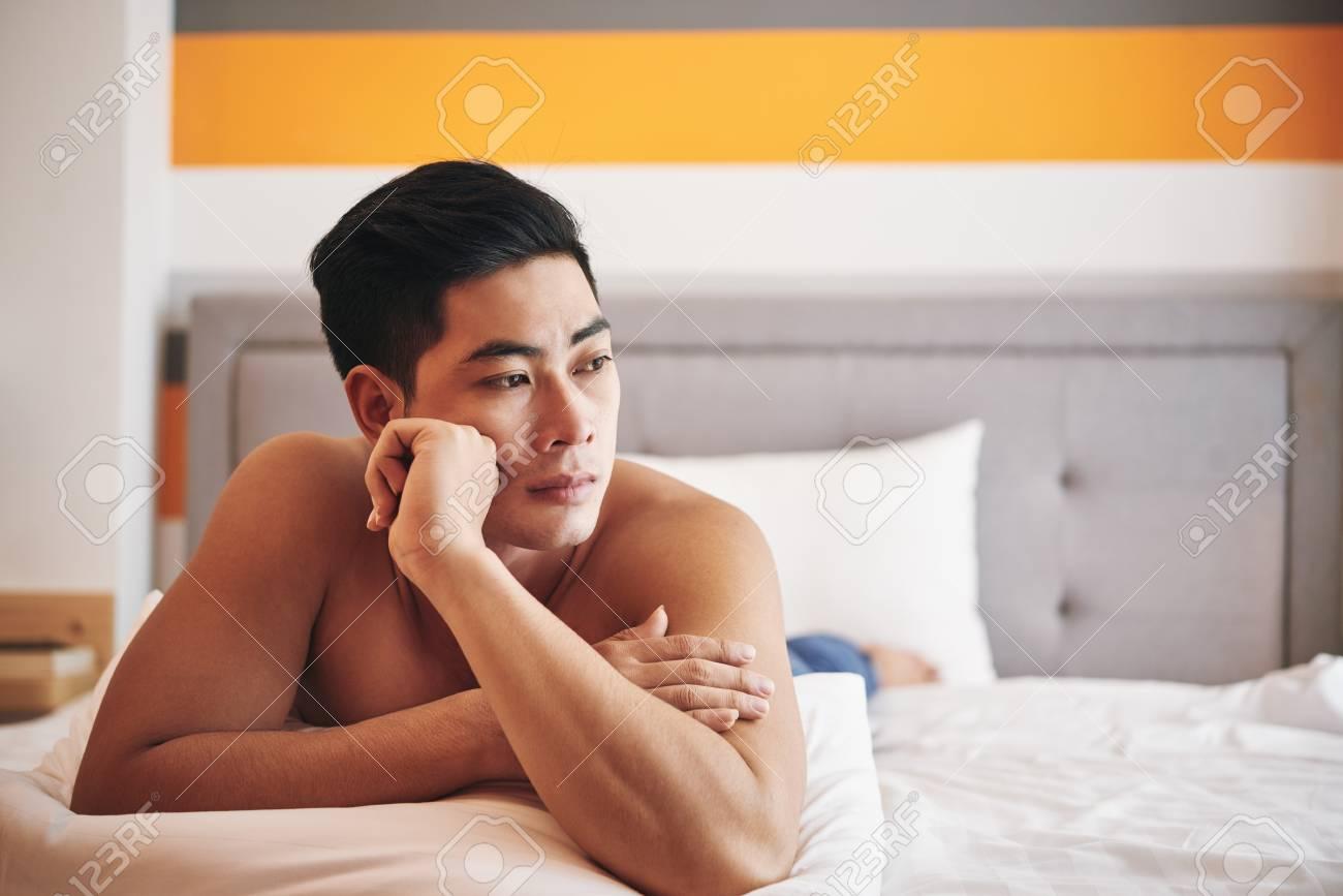 Nachdenklich Traumerisch Vietnamesischen Mann Im Bett Liegen