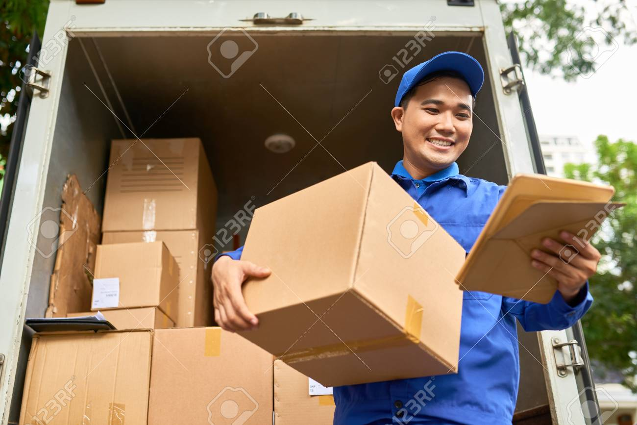 Positive delivery man - 116429899