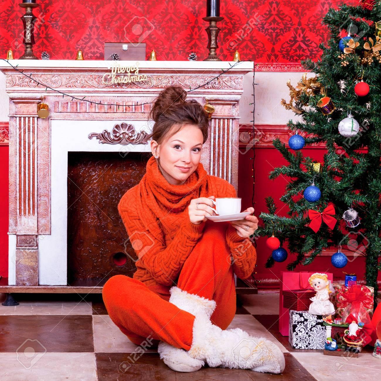 Schönes Mädchen In Einem Roten Vintage-Zimmer Mit Weihnachtsdekor ...
