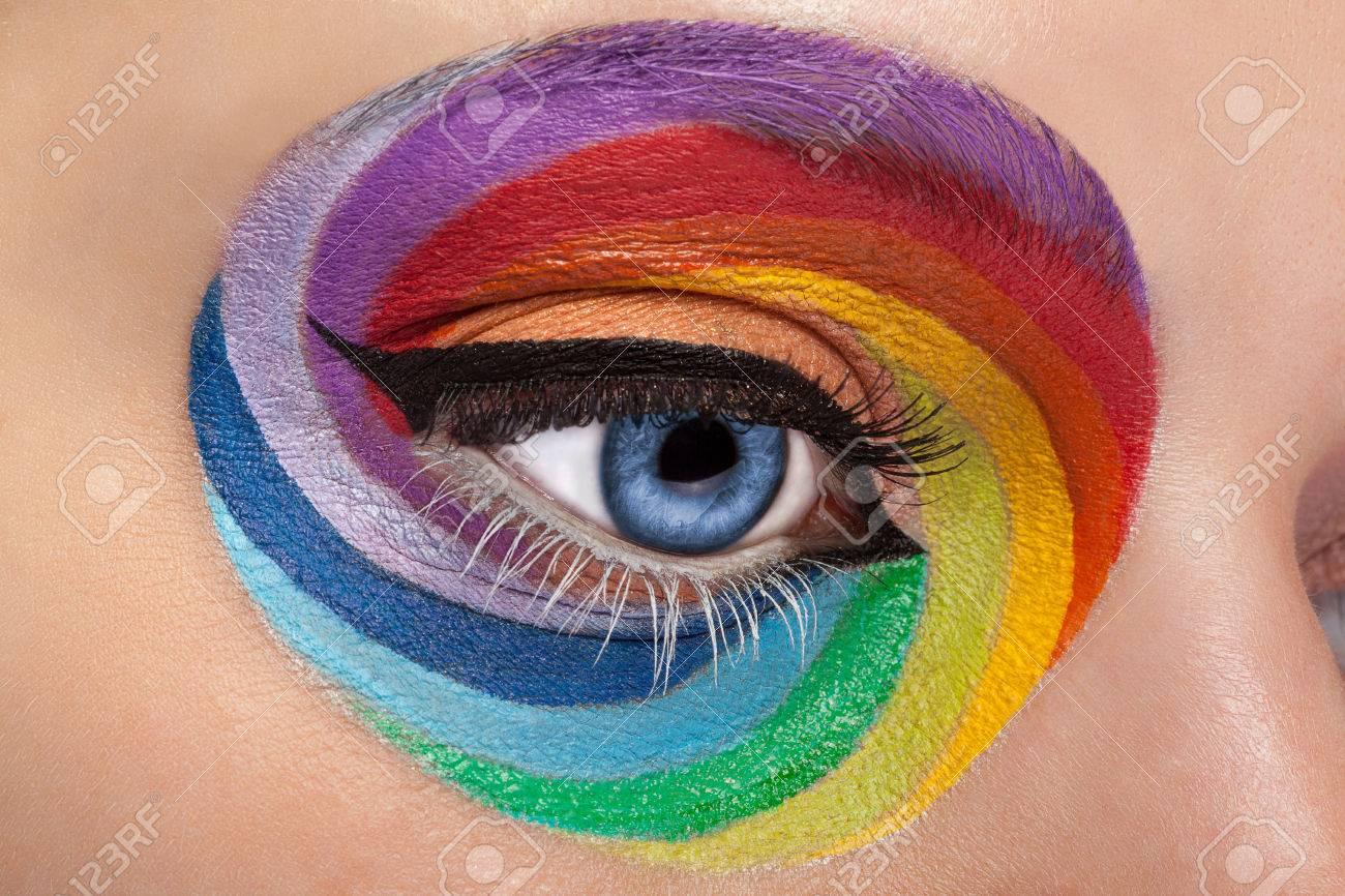 Banque d\u0027images , Fermer les yeux bleu avec arc artistique maquillage.  Couleurs et coloré. Joie. Artistique et de la mode maquillage. Maquillage  dépendance.