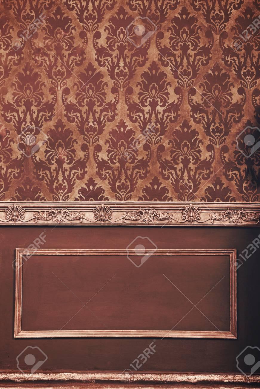 Riche chambre rétro intérieure avec des motifs vintage. Riche salle rétro  antique. Chambre vintage marron
