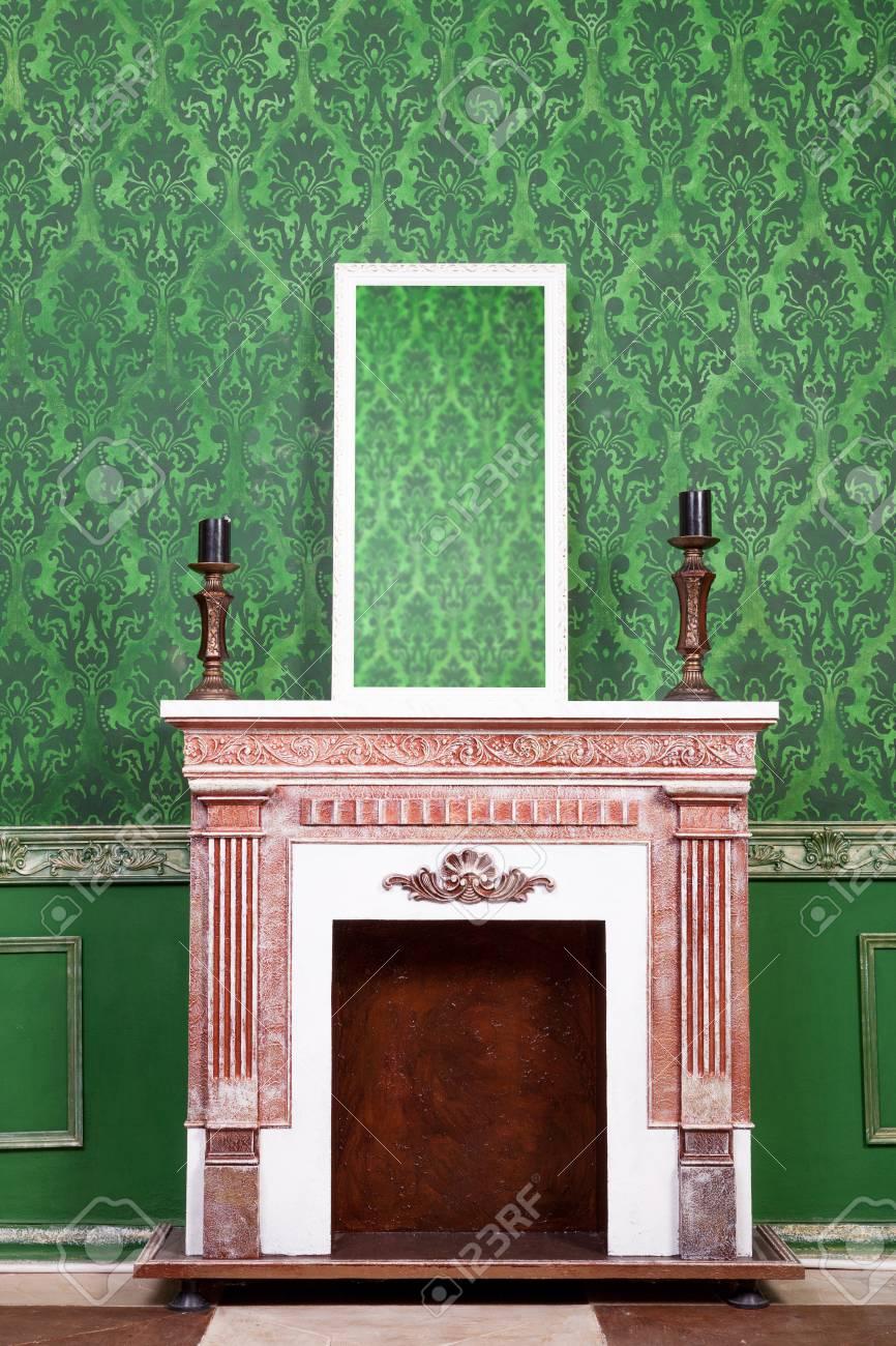 Vieux Miroir Vintage Dans Le Cadre Woden Sur Cheminee Sur Fond De