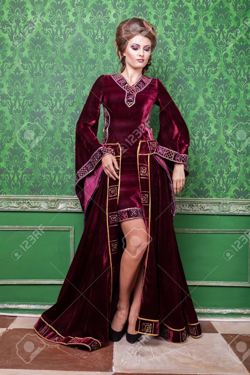 8191a9eb08b42 Archivio Fotografico - Splendida donna vestita in abiti retrò di lusso in  interni d epoca. Periodo rococò Lusso e alta classe