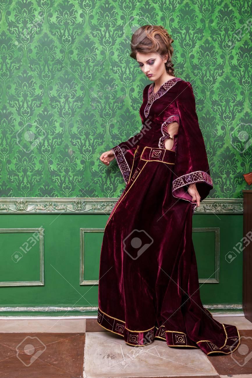 2ac91c486a4 Banque d images - Femme romantique habillée de vêtements vintage dans un  intérieur rétro. Période rococo Luxe et haute classe