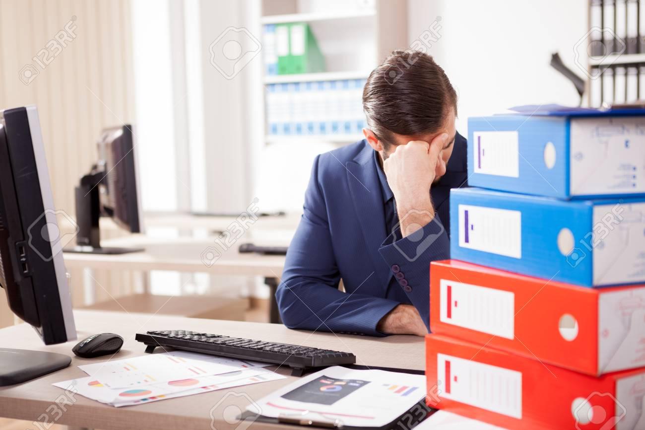 Ufficio Scrivania Jobs : Il lavoratore aziendale è depresso dal carico di lavoro in ufficio