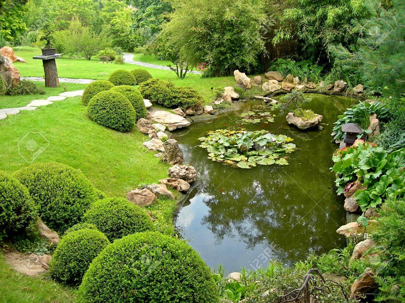 Schöne Japanische Garten Mit Teich Und Den Pfad Im Herbst ...