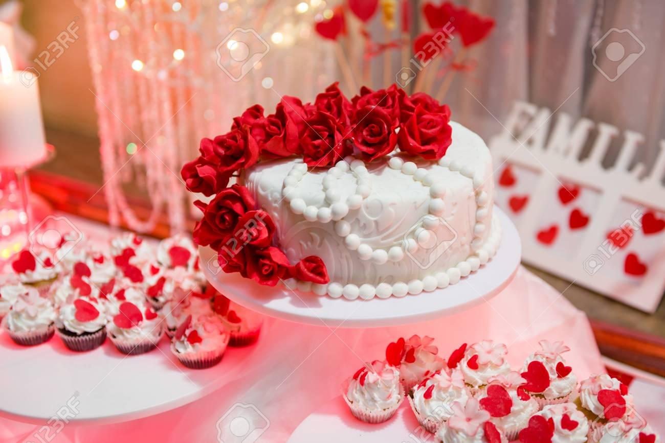 Belle Gâteau De Mariage Et Petits Gâteaux Dans La Décoration
