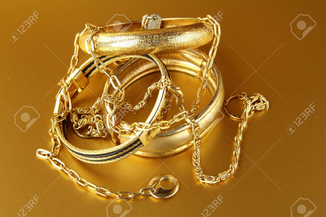 joyas oro joyas de oro brazaletes y cadenas sobre fondo de oro