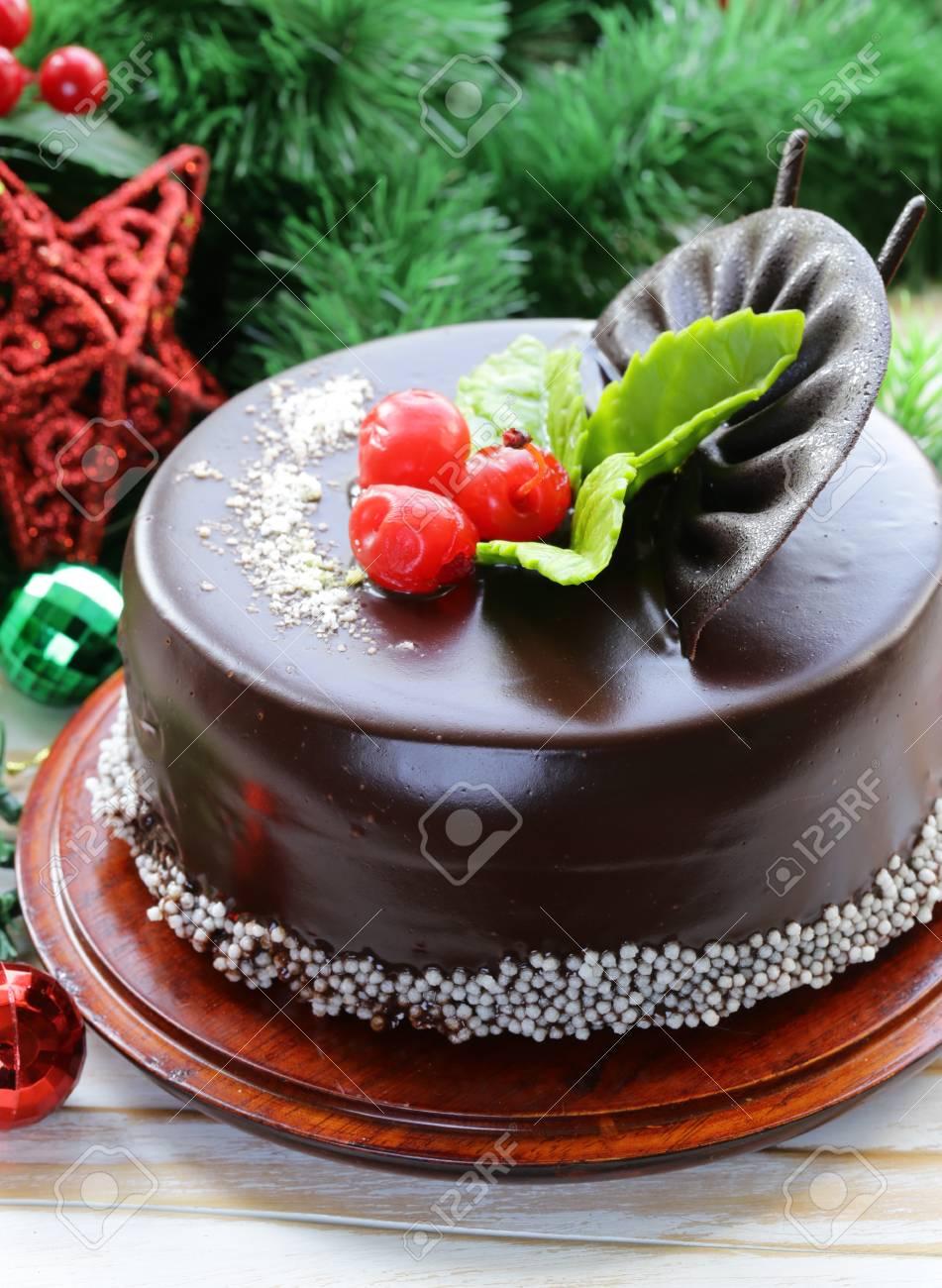 Gateau De Fete De Noel.Noël Délicieux Gâteau Au Chocolat Sur La Table De Fête