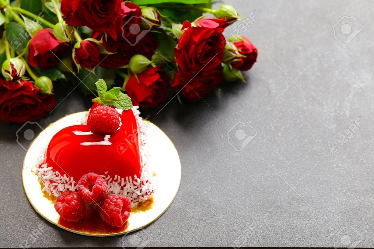 Herzkuchen Mit Himbeeren Fur Valentinstag Urlaub Lizenzfreie Fotos