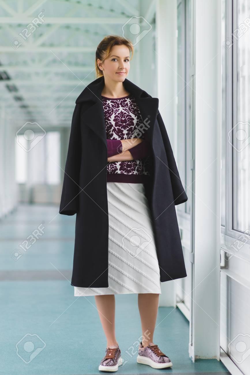 le dernier 67250 483be Manteau habillé femme élégante et élégante dans le hall