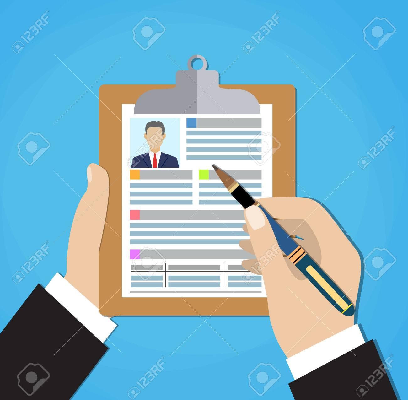 Resume-Formular In Den Händen. Zwischenablage In Hand Mit Blatt ...