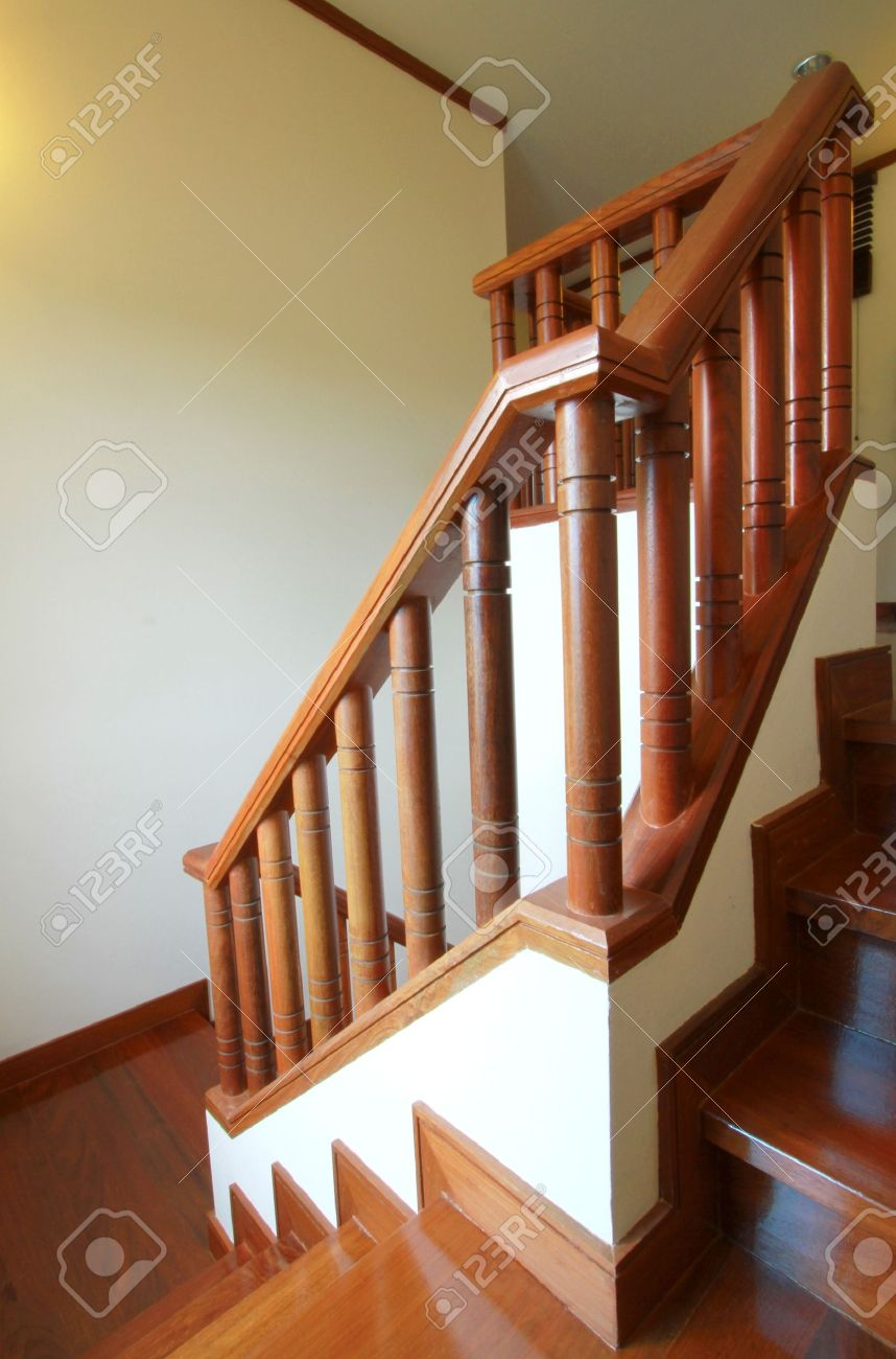 foto de archivo interior escaleras de madera y pasamanos