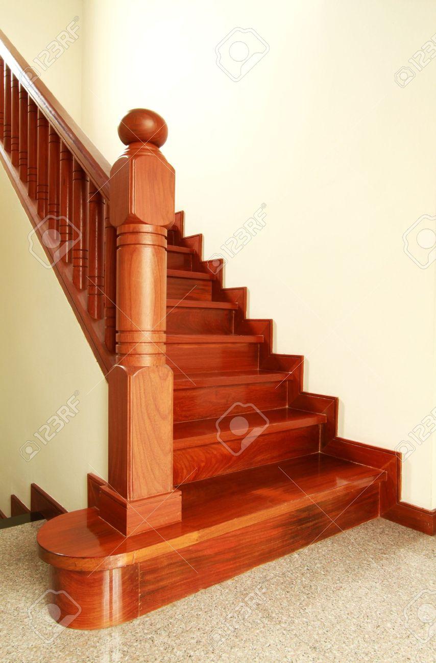 interior escaleras de madera y pasamanos foto de archivo