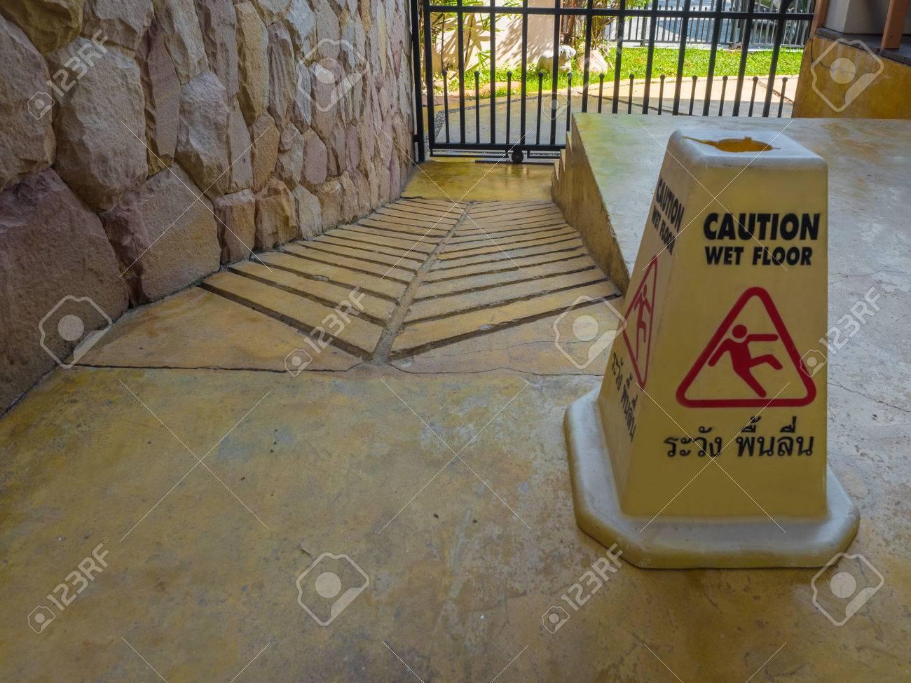 archivio fotografico un segnale di pericolo informare fare attenzione pavimento bagnato