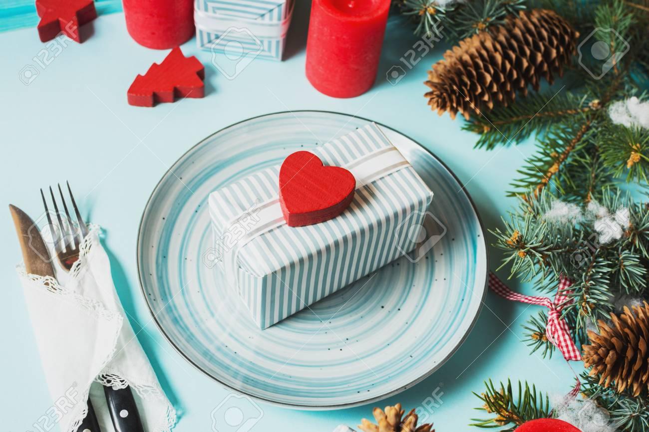 Albero Di Natale Con Decorazioni Blu : Regolazione della tabella di natale su priorità bassa blu con l