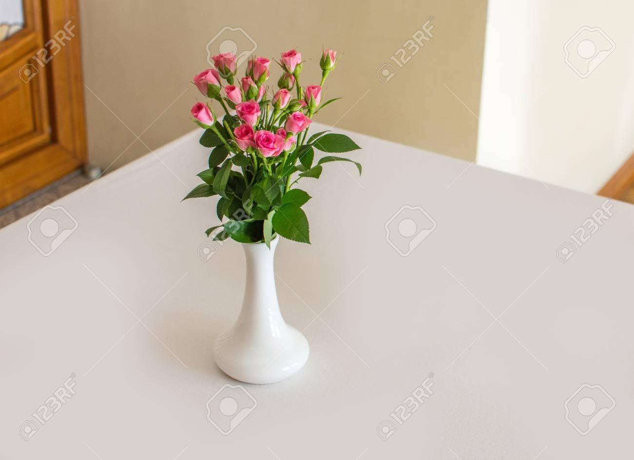 Rose placée dans un vase blanc sur le bureau banque d images et