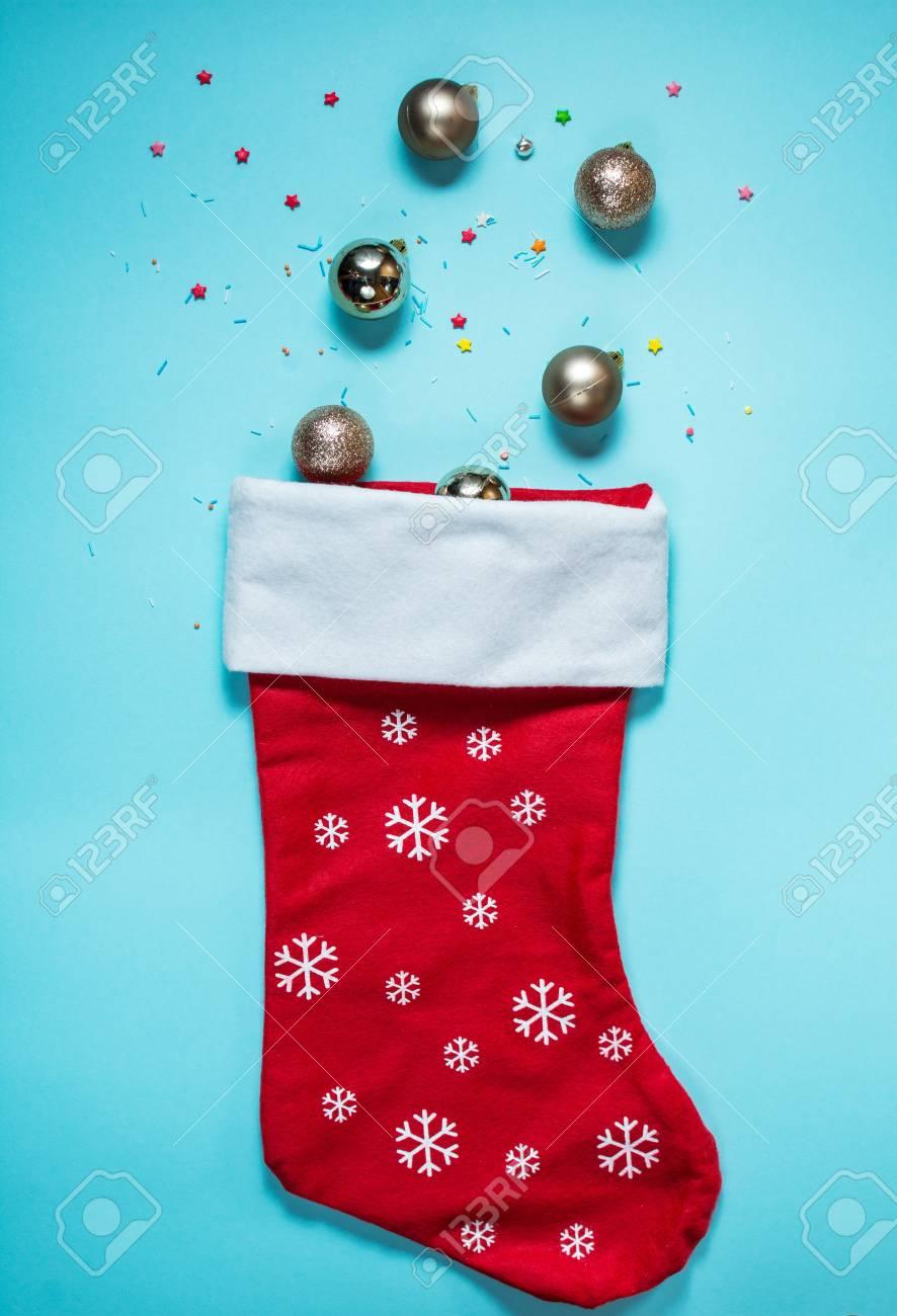 Eistüte Mit Weihnachtssocke Auf Blauem Hintergrund. Flach Legen ...
