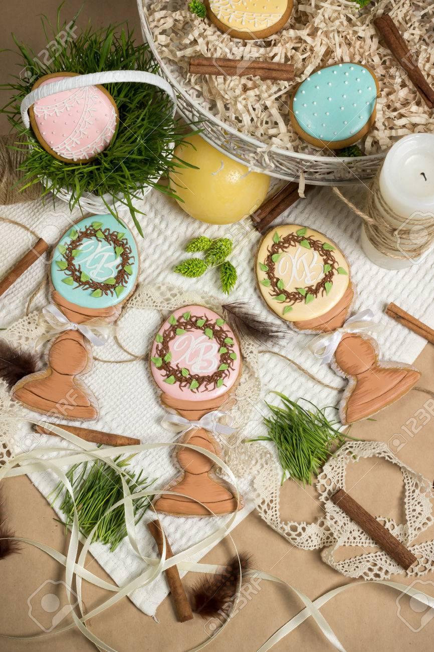 Glückliche Familie Urlaub Geschenke Ostern Honig Kuchen Lebkuchen