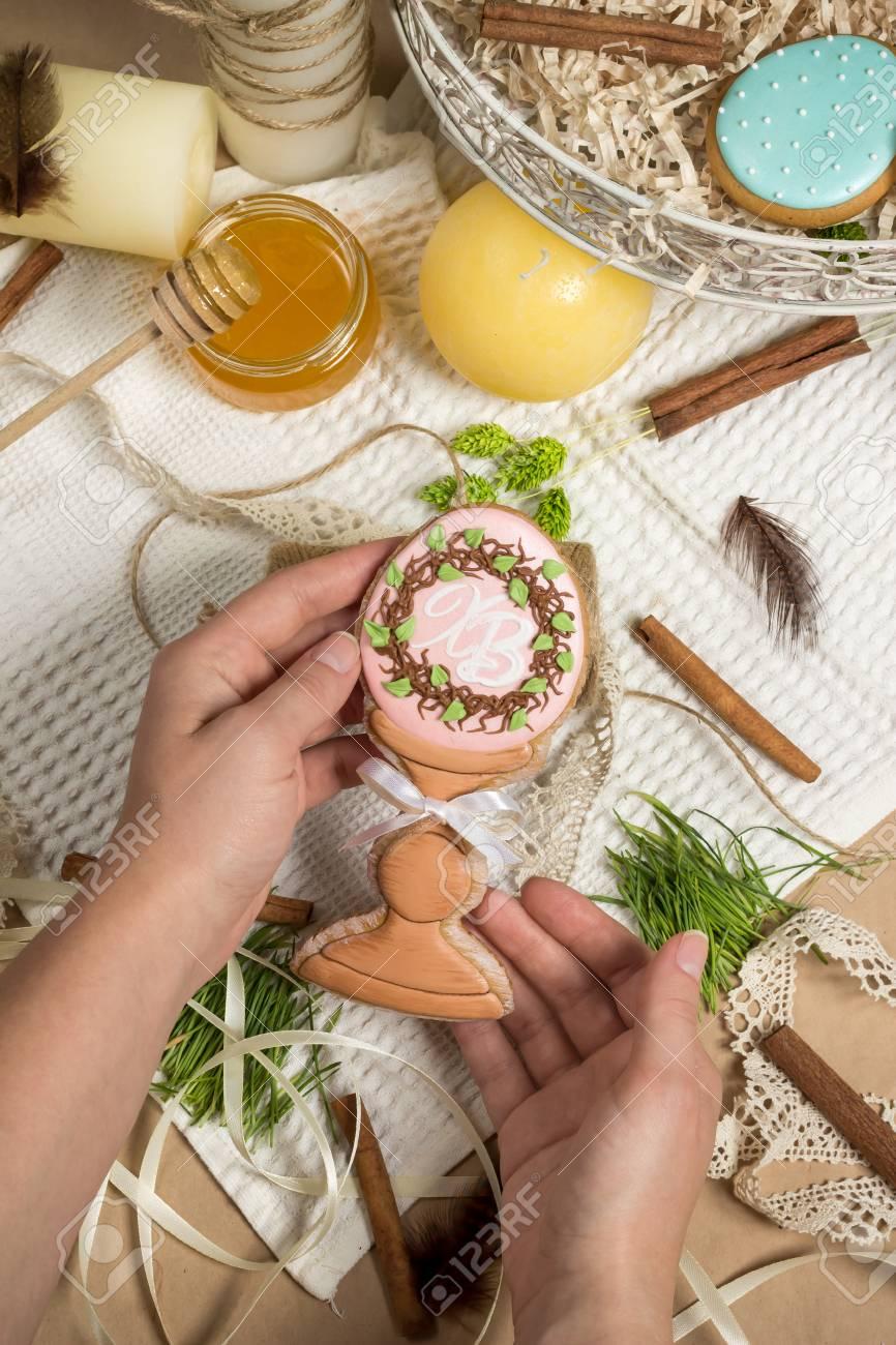 Mädchen Bereitet Geschenk, Ostern Honigkuchen, Lebkuchen In Form Von ...