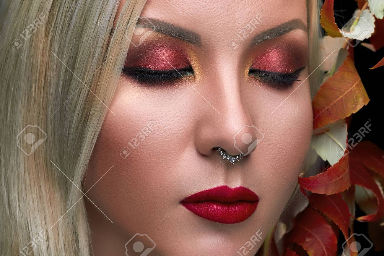 Schöne Mode Modell Mit Roten Lippen Kreativen Augen Make Up Herbst