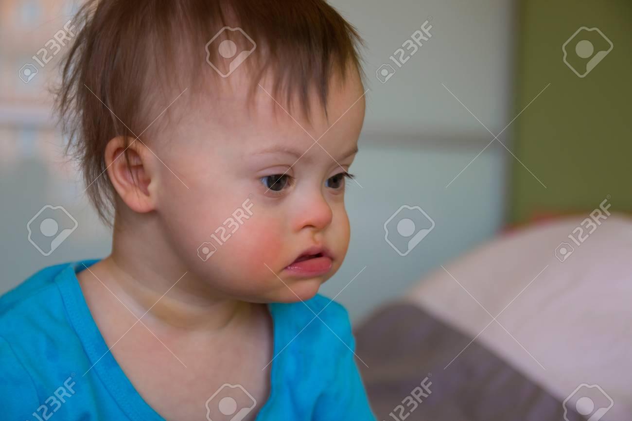 ダウン症の男の子のかわいい赤ちゃんの肖像画 ロイヤリティーフリー