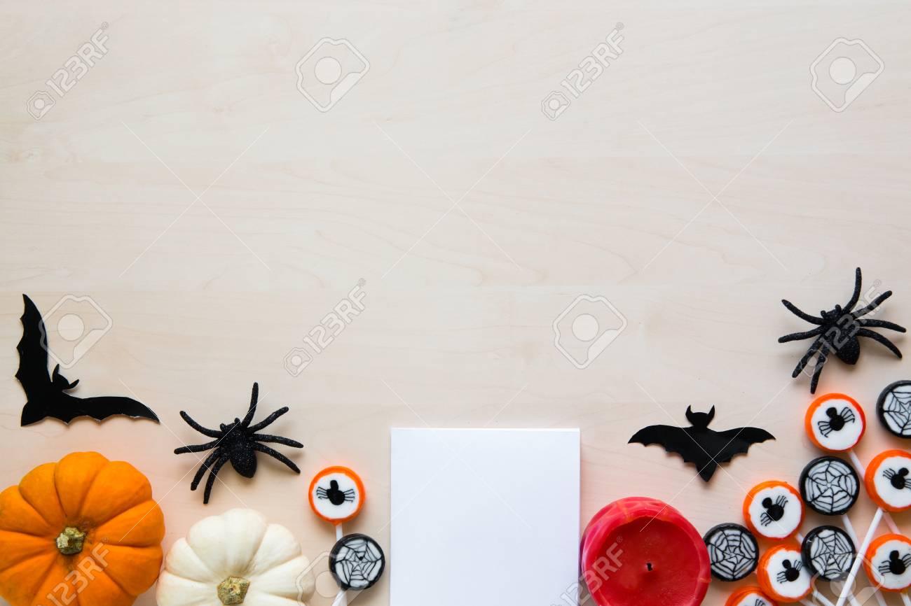 Halloween-Feiertagshintergrund Mit Spinnen, Schlägern, Süßigkeiten ...
