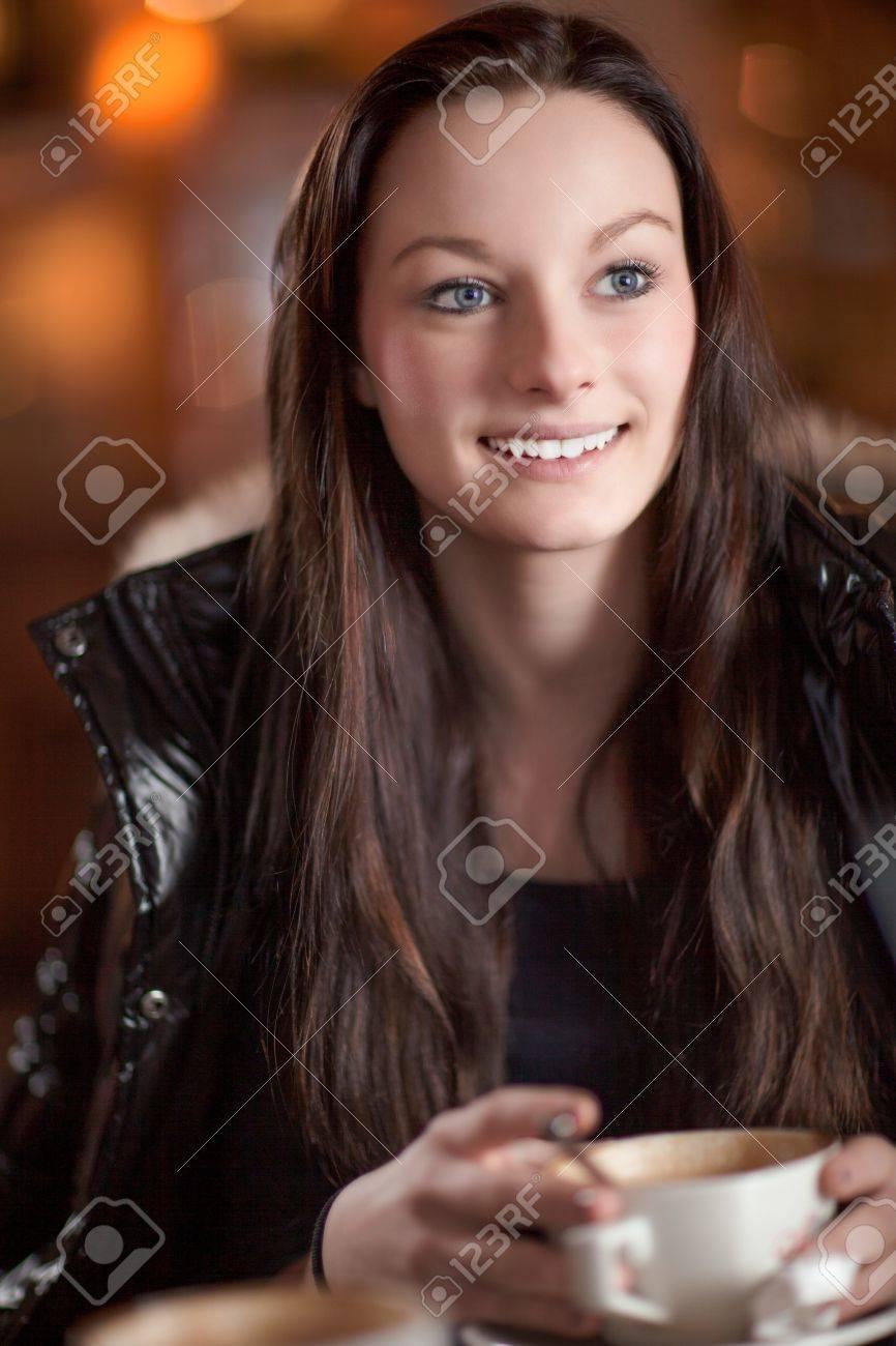 Schöne Aufmerksame Frau Mit Einem Schönen Lächeln Blickte Zu Hören ...