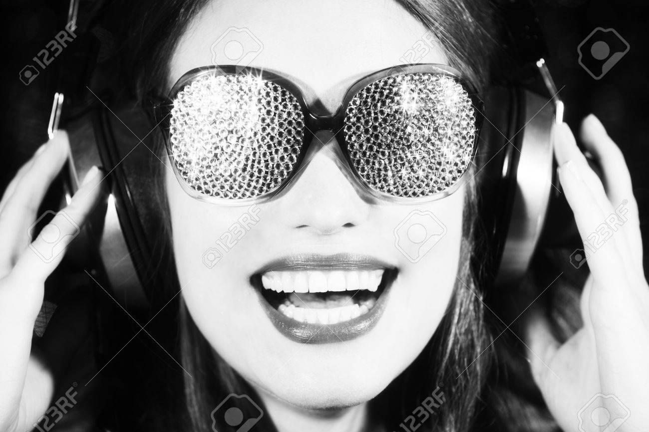 DiscotecaSonriente Y Mujer Hermosa Con Sexy Escuchar Música Chispa LARjq354