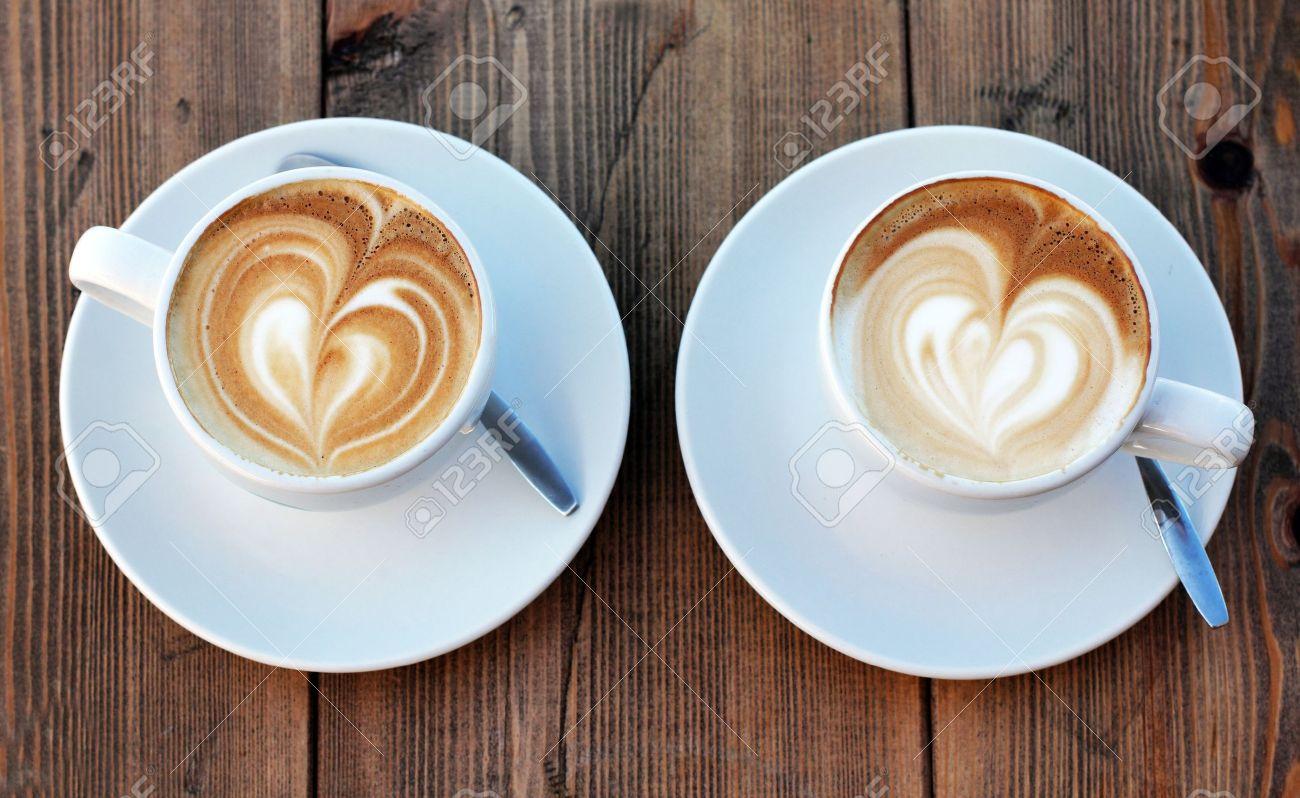Twee kopjes koffie cappuccino royalty vrije foto, plaatjes ...